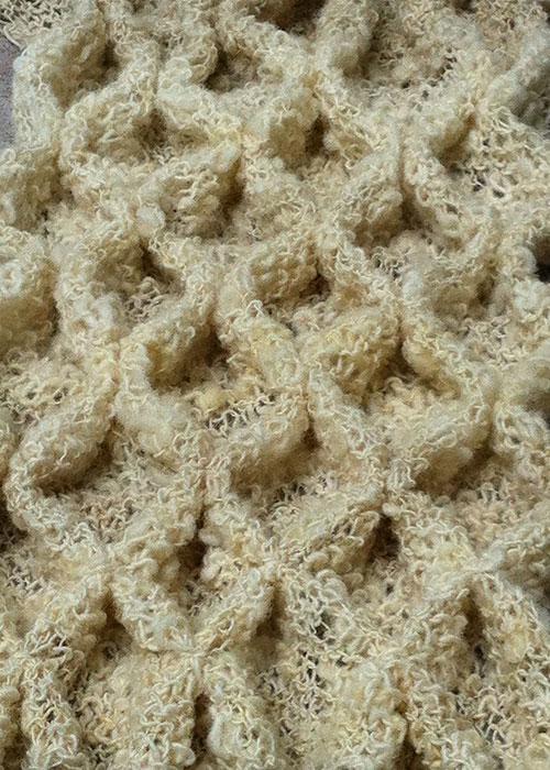 Wollige compositie - Gebreide lappen van hand gesponnen wol - wanddecoratie van plexiglas - Kittie Markus
